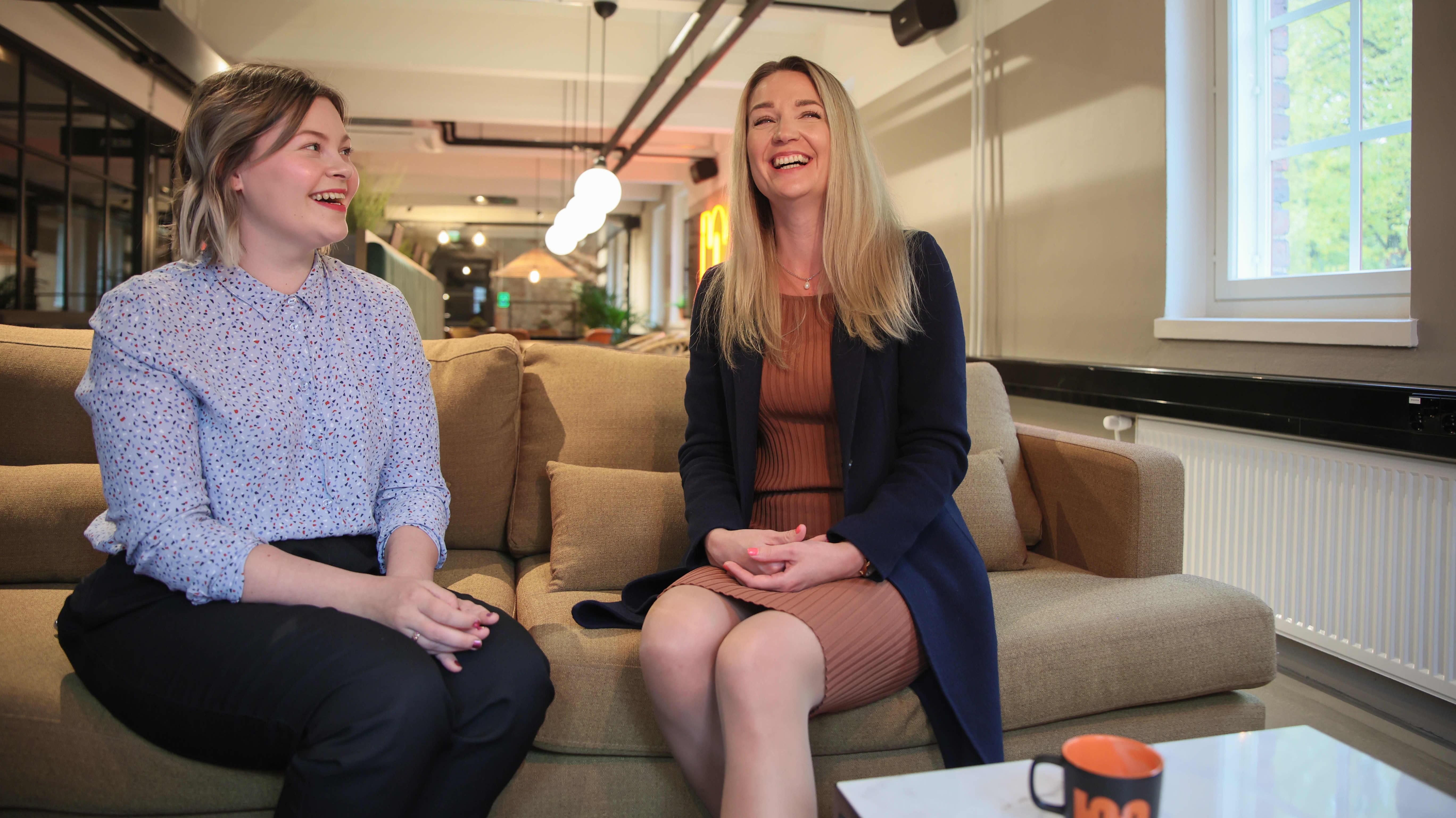 Susanna Nipuli ja Anna Valkonen istuvat vierekkäin sohvalla Malskin tiloissa Lahdessa.