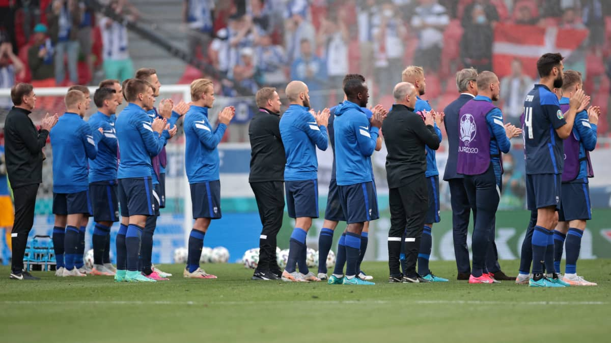 Suomen pelaajat antoivat aplodit Tanskan joukkueelle