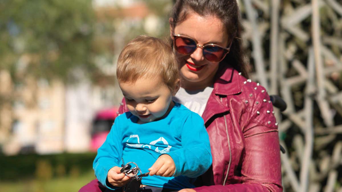 Dalinda Luolamo ja hänen poikansa kanssa