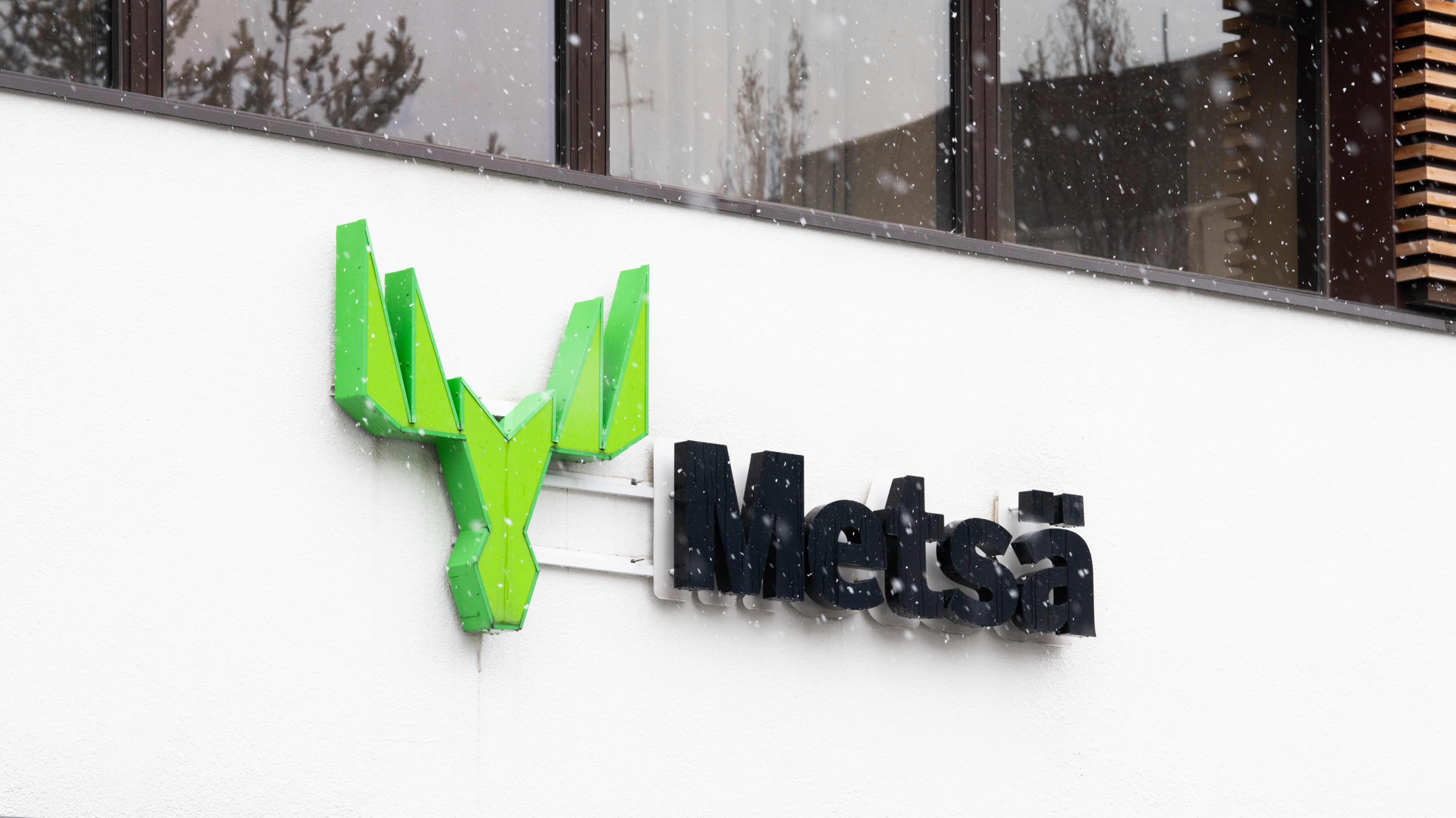 Metsä Groupin logo seinässä.