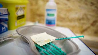 Koronarokotteita injektioruiskuissa valmiina annettavaksi.