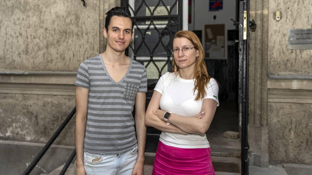 Budapestissa toimivien Labrizs- ja Szimpozion-järjestöjen edustajat Akos Modolo ja Viktoria Sulyok.