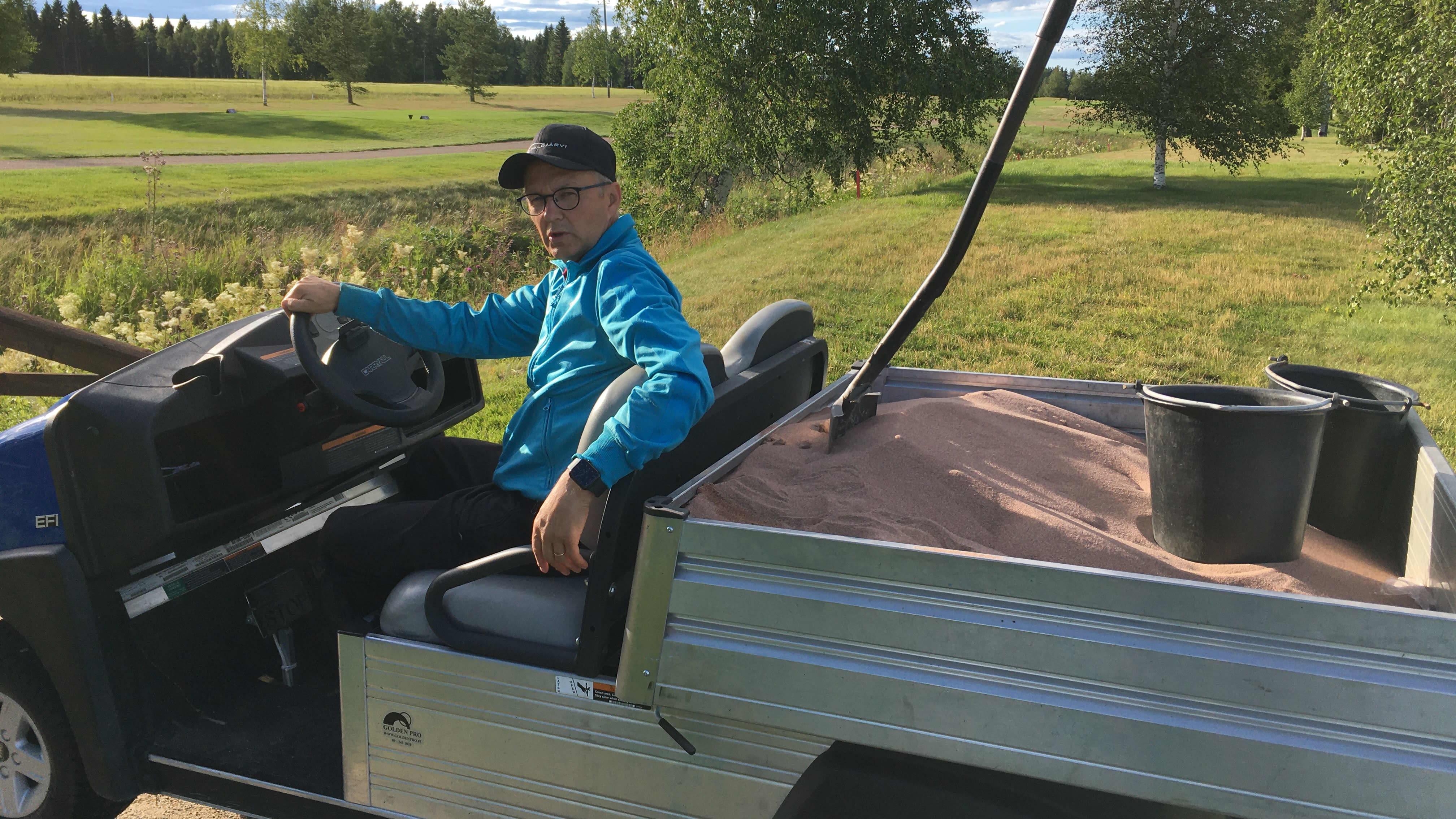 Eero Viinikka on yksi talkoolaisista Ruuhikosken golf-kentällä ennen SM-lyöntipeli -tapahtuman alkua