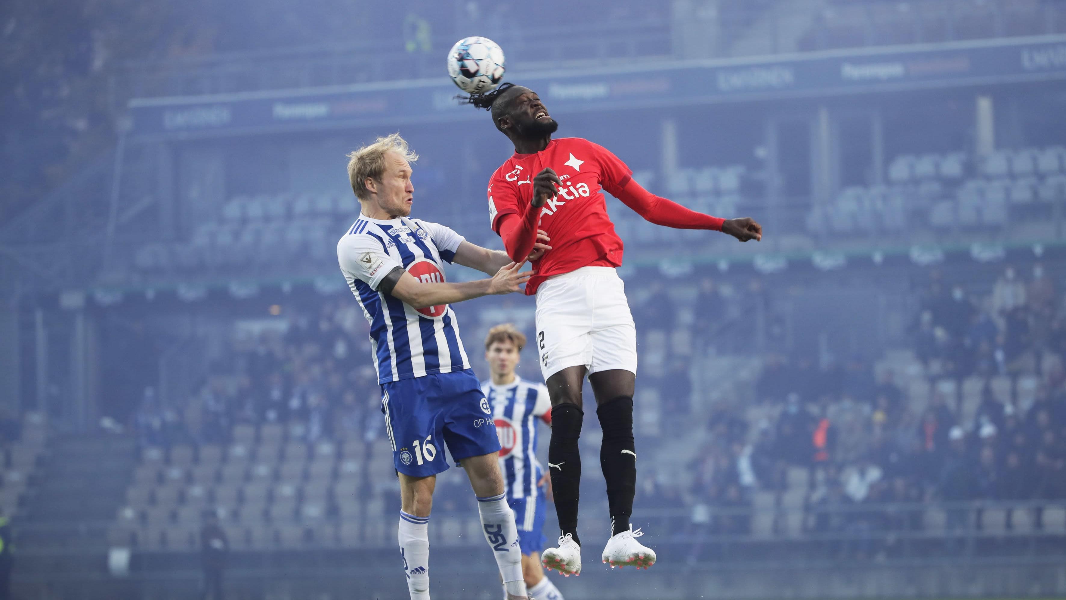 HJK:n Valtteri Moren ja HIFK:n Kei Kamara puskutilanteessa