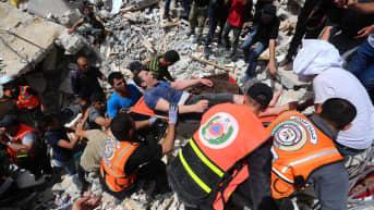 Haavoittunutta miestä kannetaan paareilla Gazan kaupungissa.
