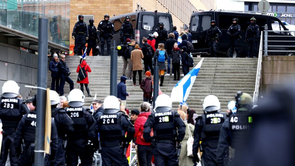 Koronarajoitusten vastainen mielenosoitus vappupäivänä