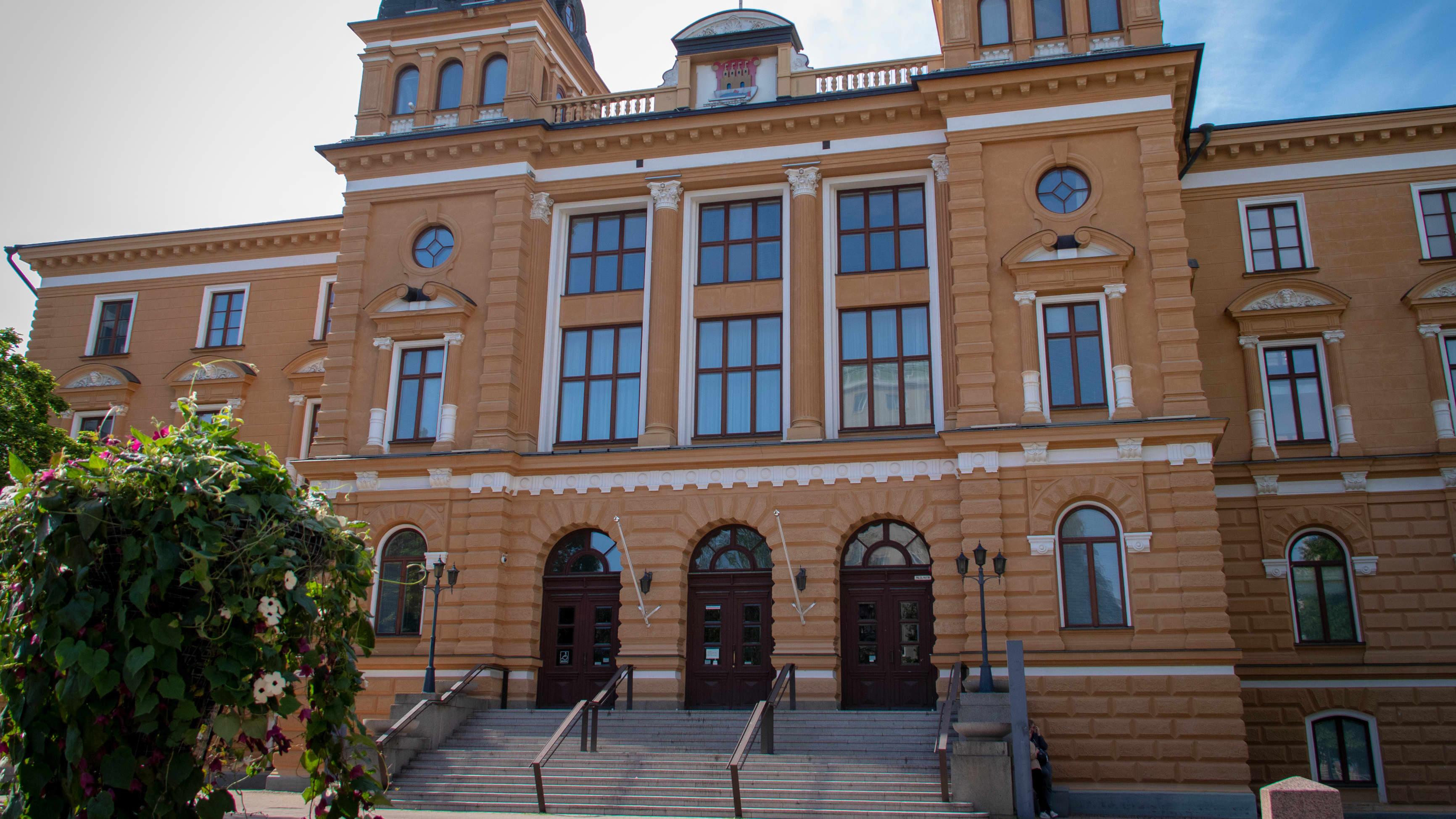 Oulun kaupungintalo kesällä