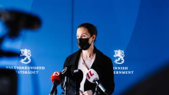 Koronarajoitukset hallituksen pohdinnassa, millaisia kommentteja tukipakettiäänestyksen siirtoon