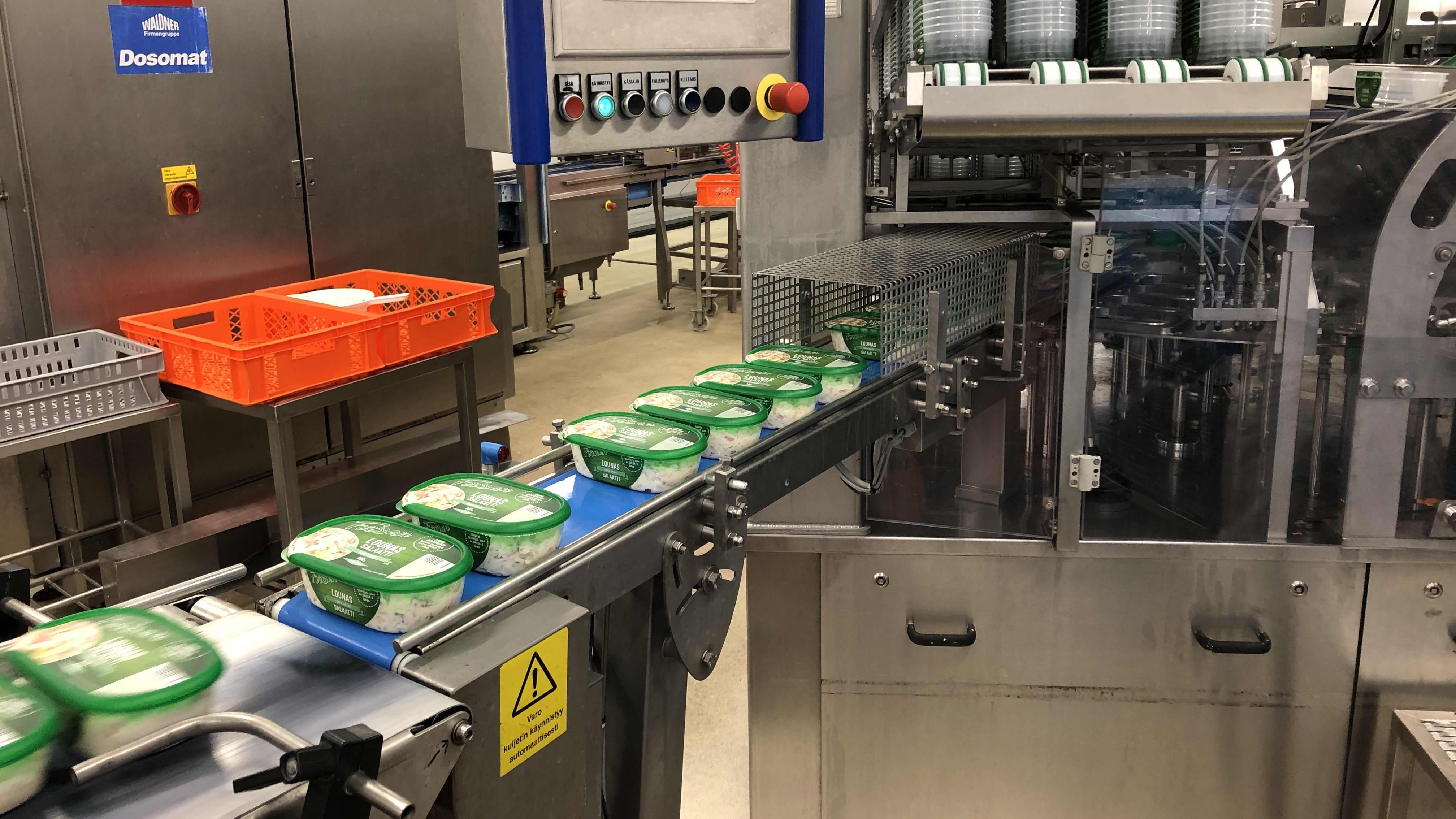 Valmisruokarasioita pakkauslinjastolla.