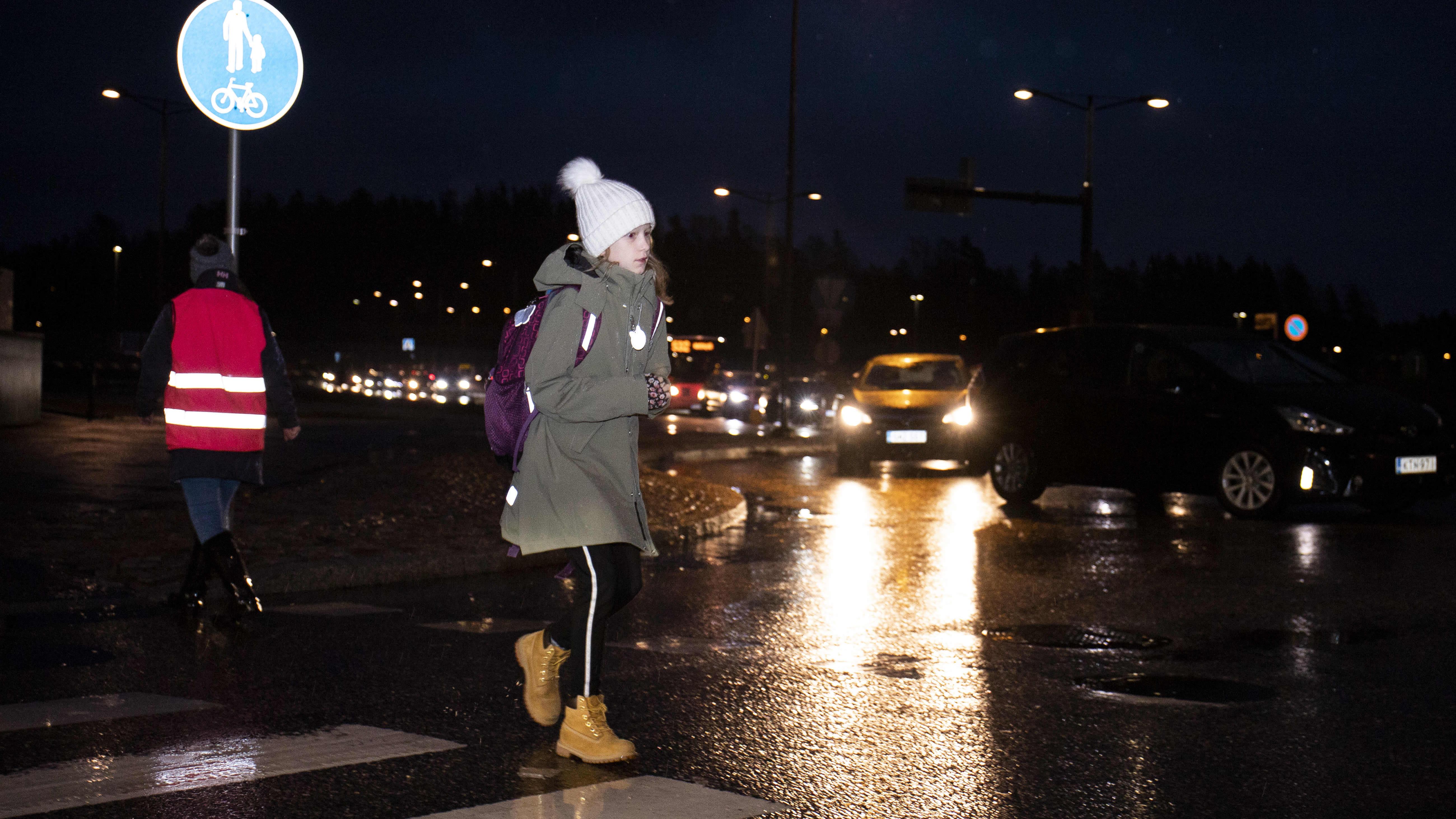 Liikenneruuhka Opinmäen koulun edessä Espoon Suurpellossa.