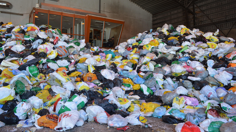 Här sorteras ännu så länge vita och svarta soppåsar vid Ekorosk