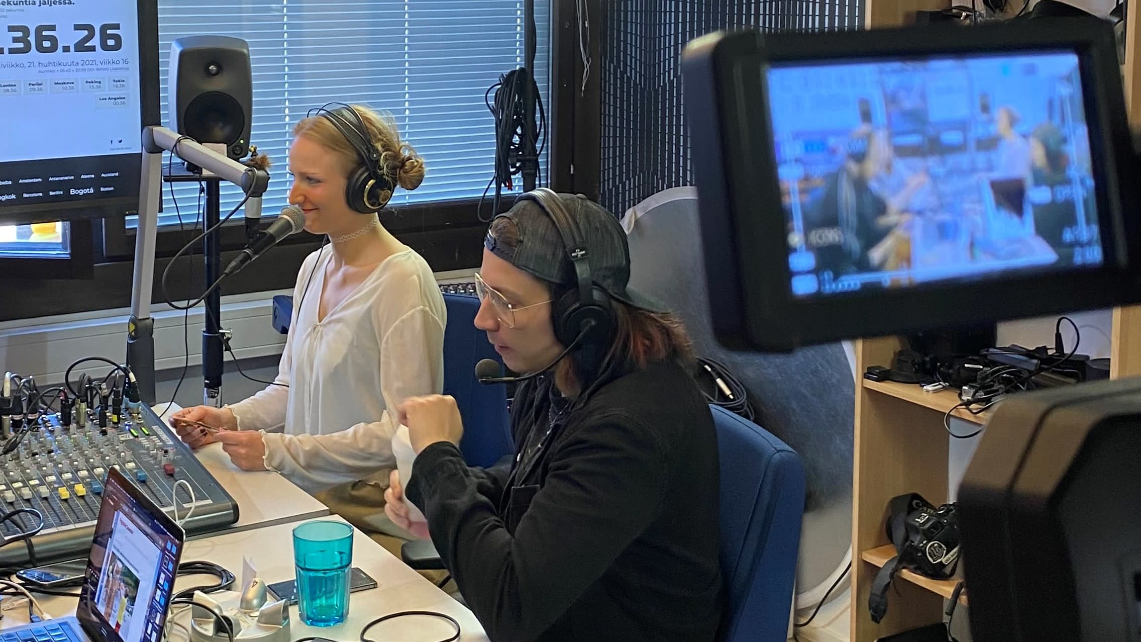 Heriikka Korvenoja ja Jere Virolainen ovat Radio Jauhon studiossa