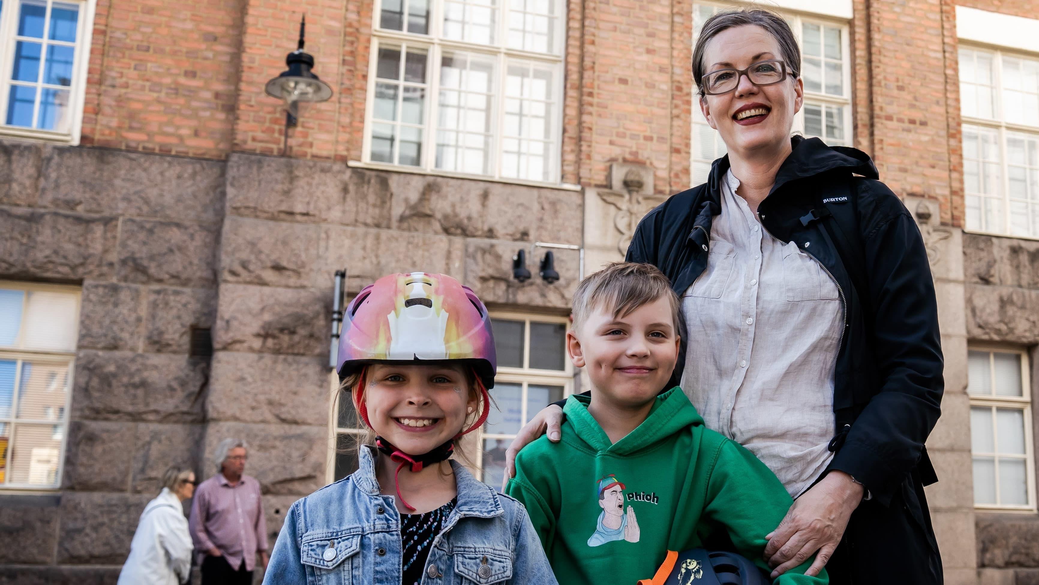 Frida, Frans ja Reetta Tuohi äänestyspaikan edessä Tampereella.