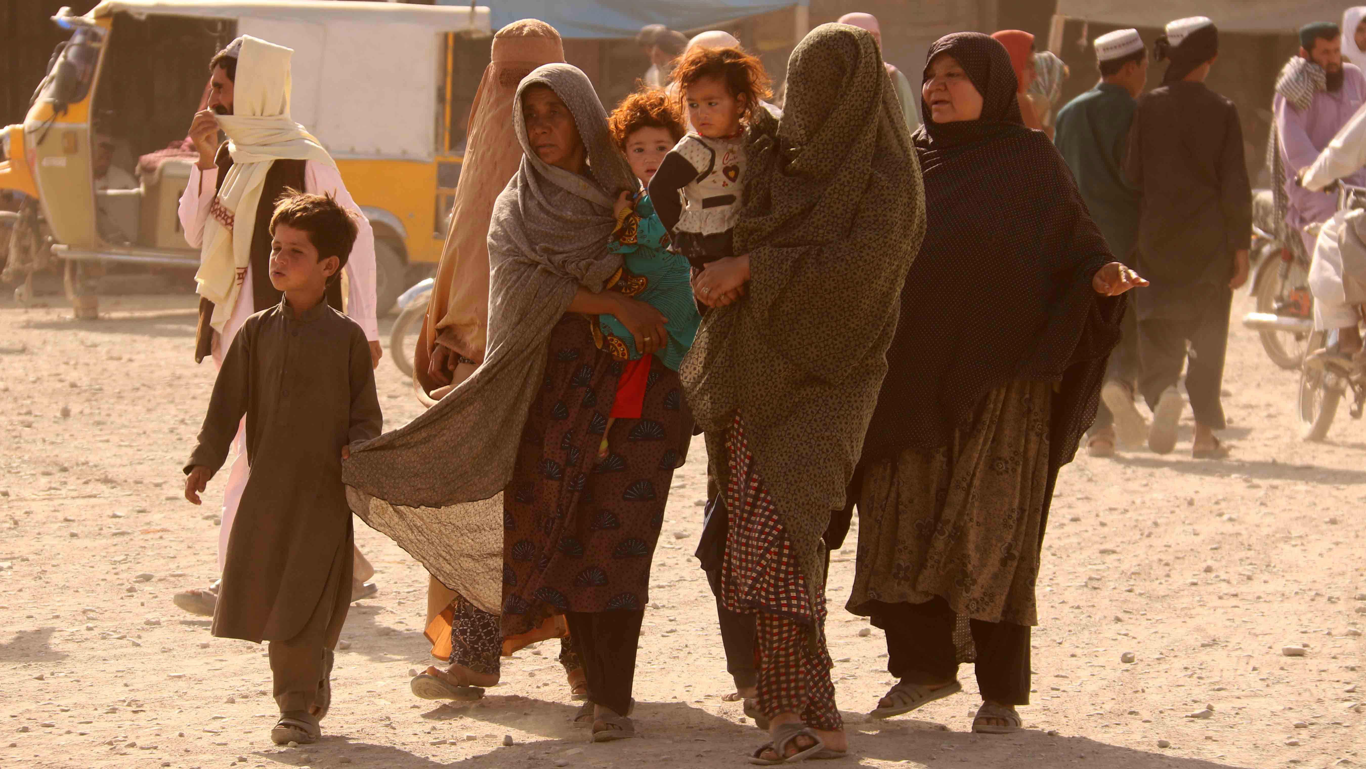 Naisia ja lapsia kävelemässä Pakistanin ja Afganistanin rajalla.