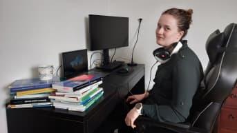 Sara Rinne istuu opiskelupöytänsä ääressä