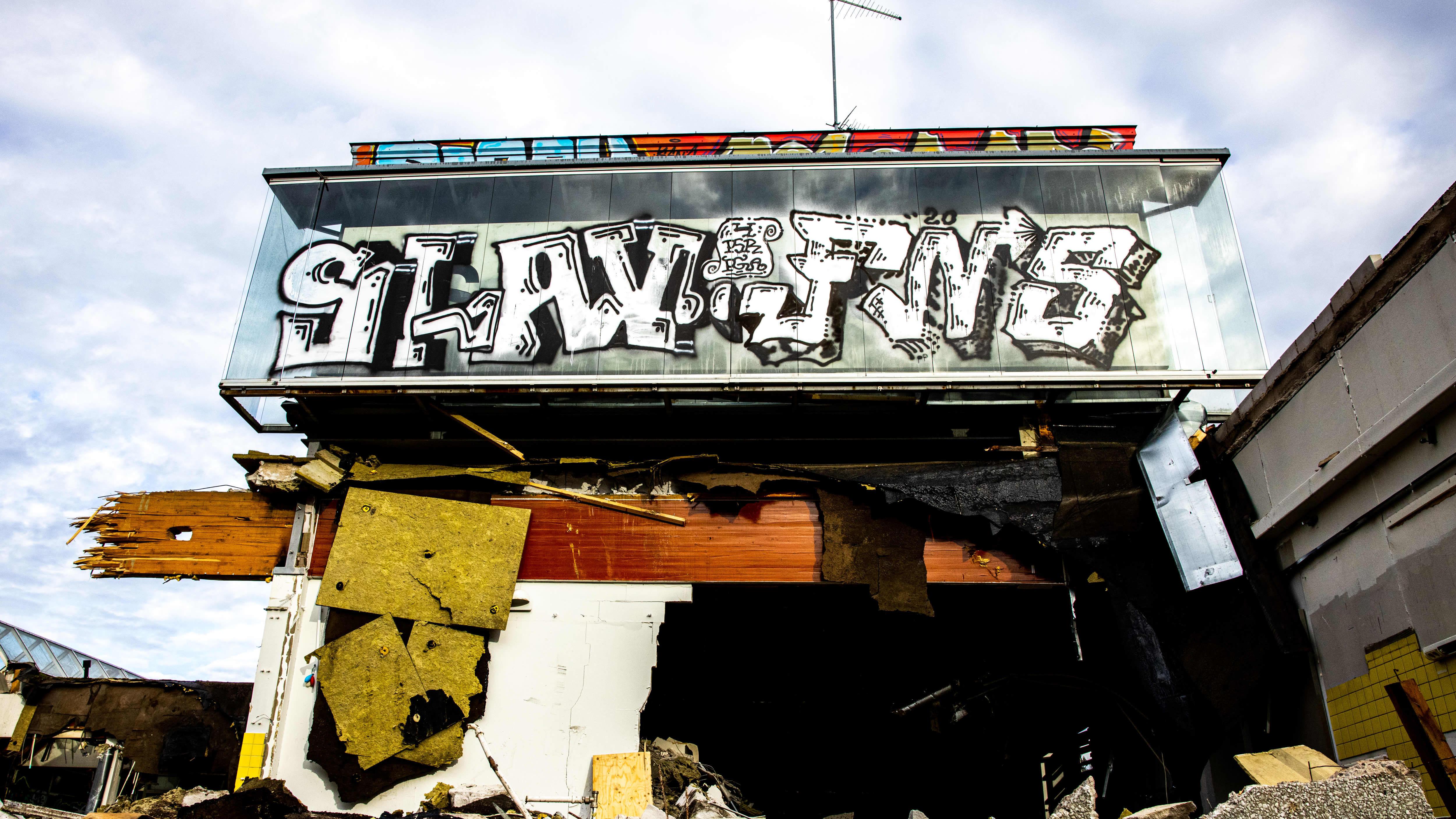 Pihlajamäen ostoskeskuksessa puretaan rakennusta.