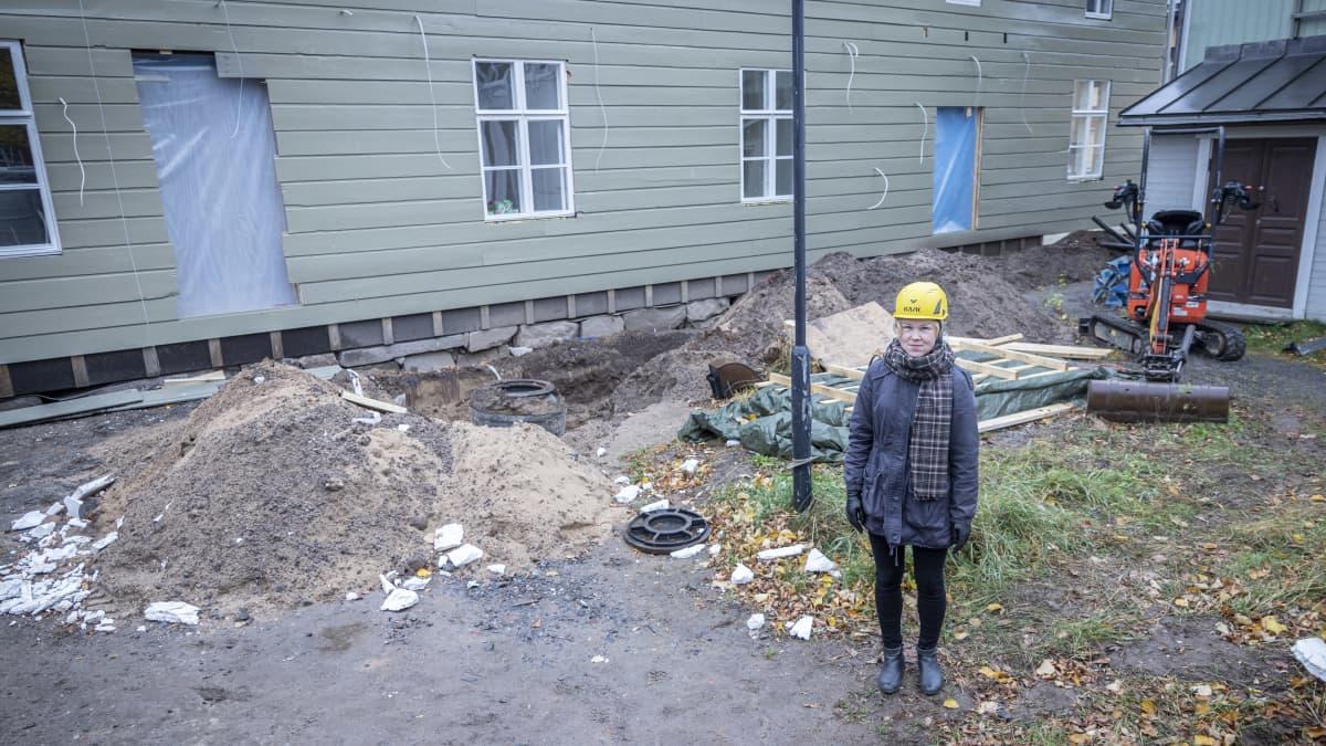 Museopedagogi Mari Mäenpää Kokkolan luonnontieteellisen museon pihalla.