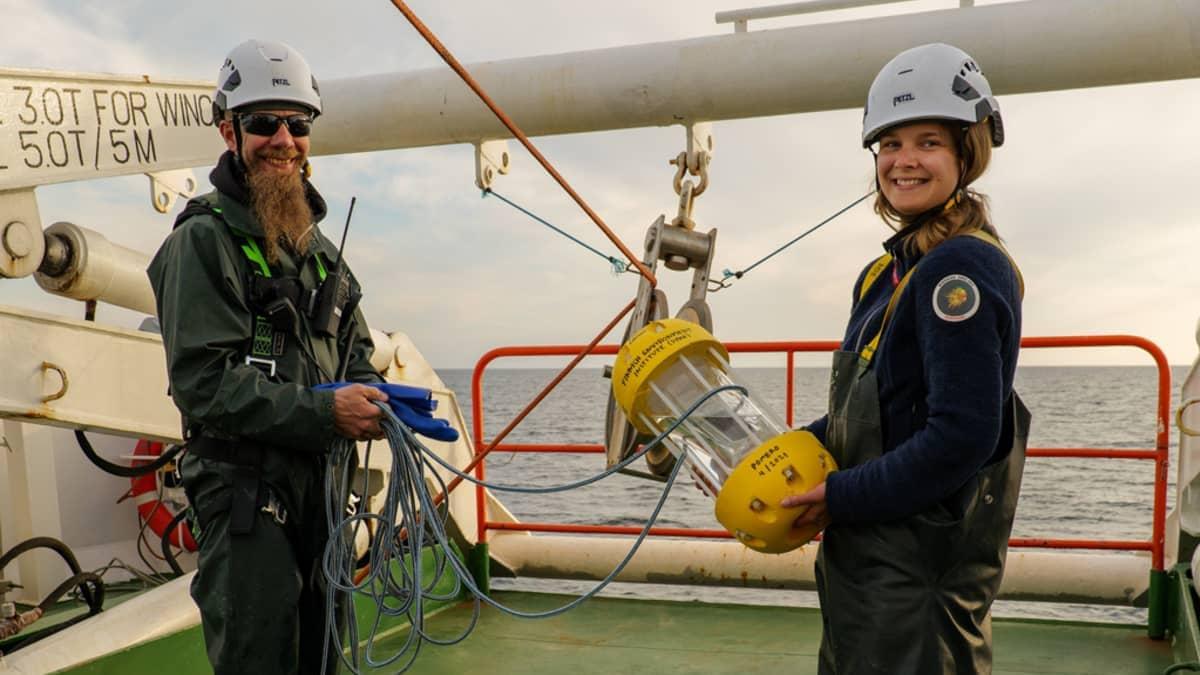 Ilmatieteen laitoksen kenttämestari Tuomo Roine ja SYKEn tutkija Pinja Näkki toivottamassa meriroskapoijulle hyvää matkaa