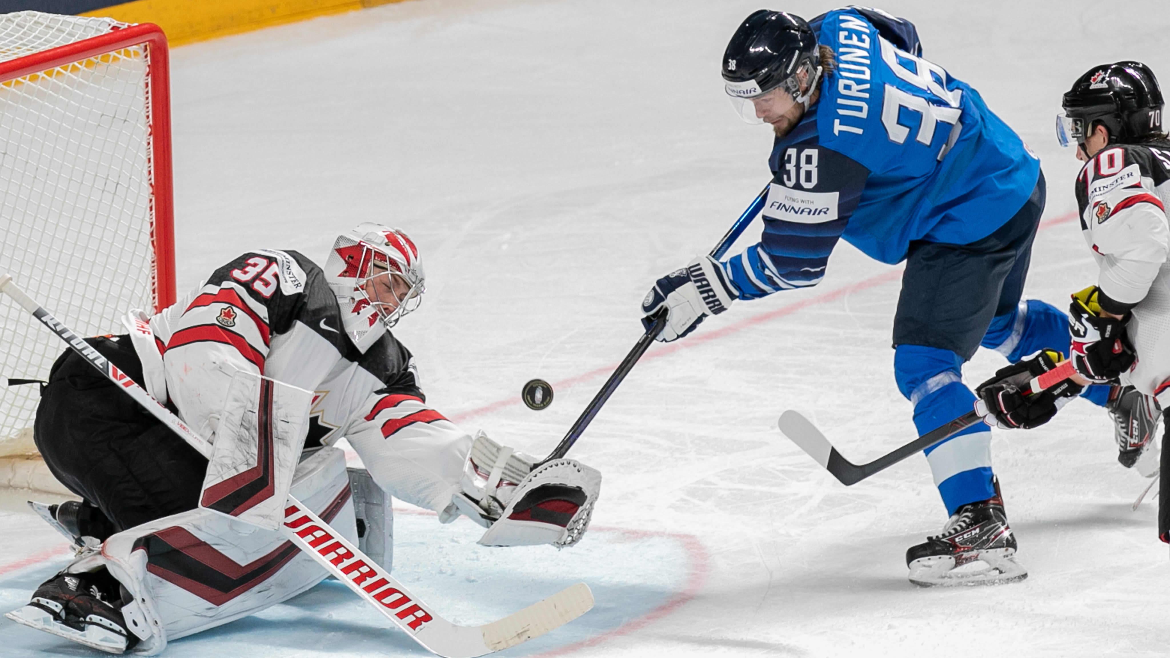 Teemu Turunen ajaa Kanadan maalilla MM-finaalissa 2021.