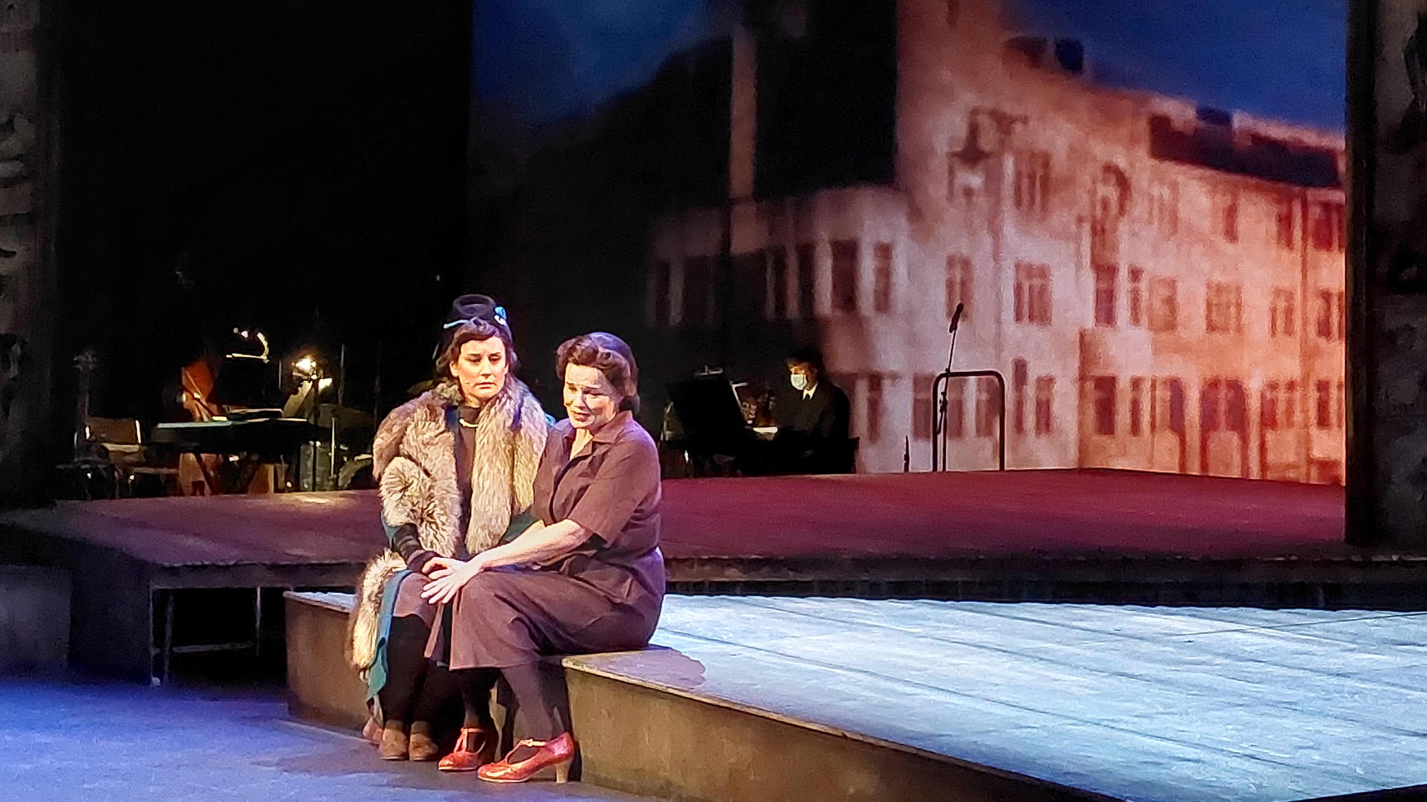 Kotkan Ruusu -näytelmän  näyttelijät lavalla