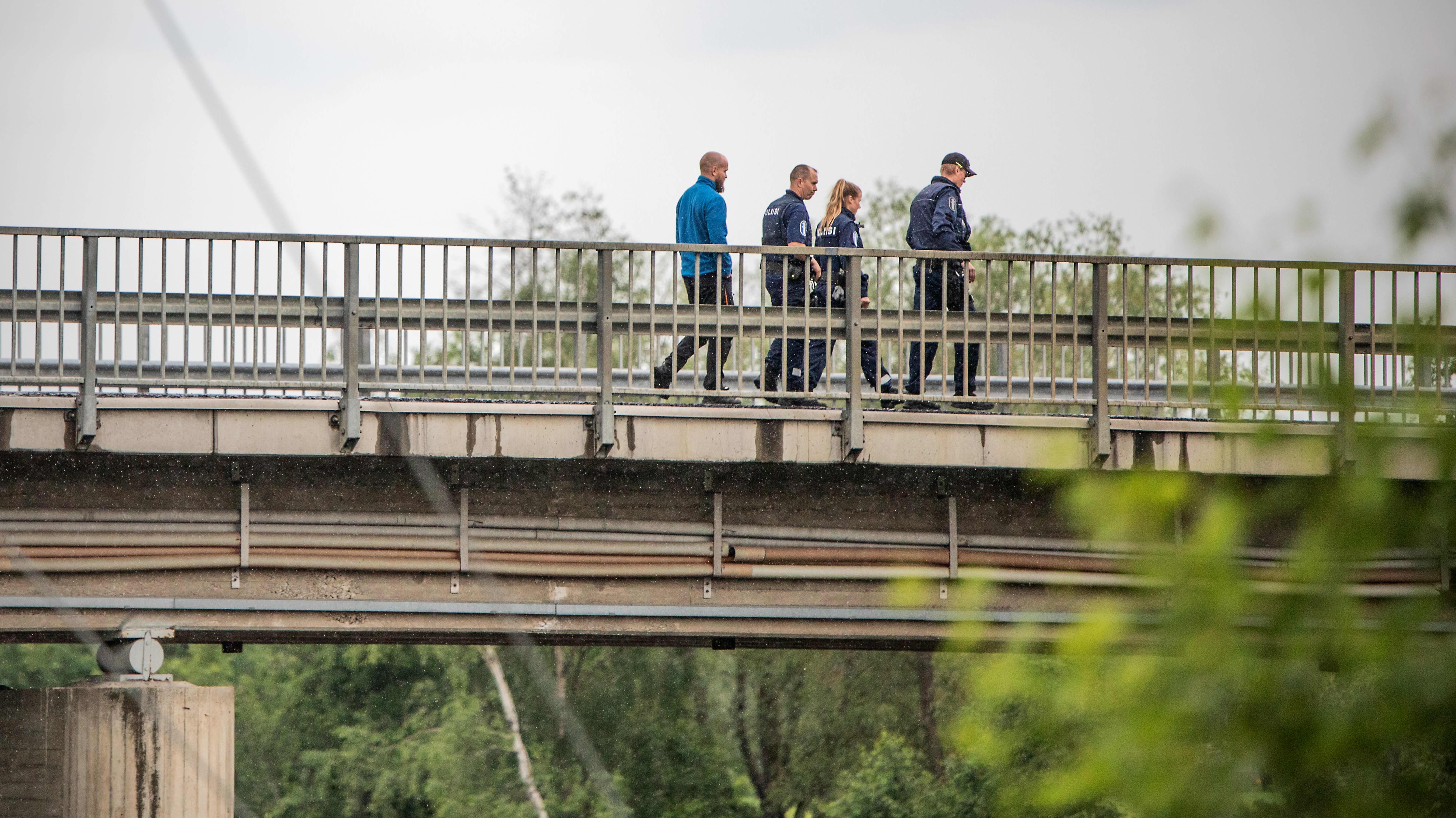 Poliiseja Kaustisella Perhonjoen ylittävällä maantiesillalla.