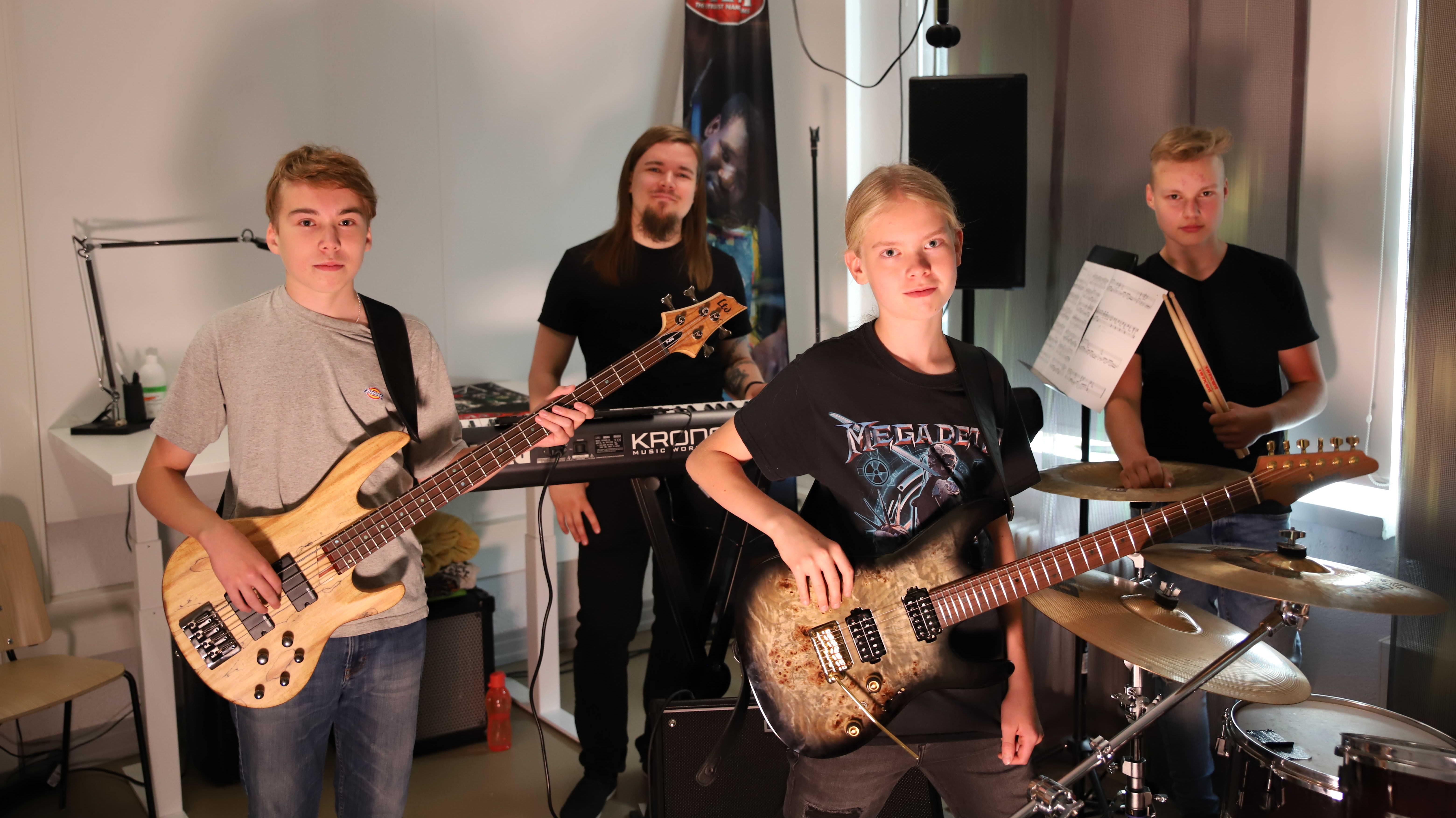 Juho Ranta-Maunus ja vielä nimetön bändi treenikämpällä.