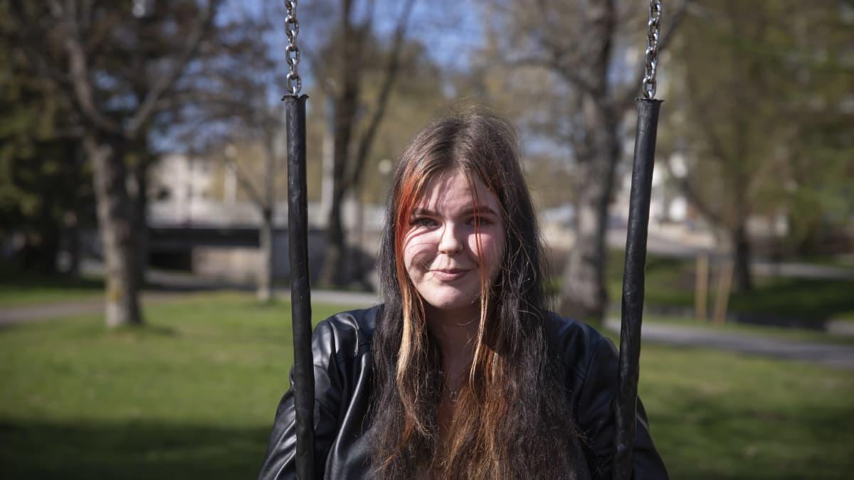 Kokkolalainen Diana Lehtinen leikkipuiston keinussa.