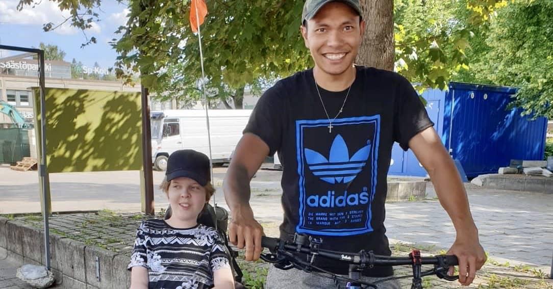 Lihassairaudesta huolimatta Samu Svahn, 14, ajoi sähköpyörätuolilla Lahdesta Heinolaan