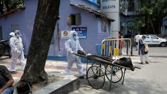 Ruumista kuljetetaan kärryillä Kolkatassa.
