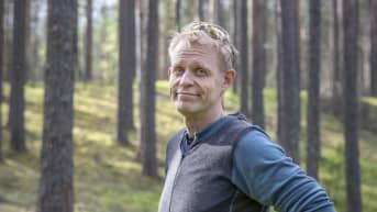 Heikki Hamunen Kotisalon suojellussa mäntymetsässä.