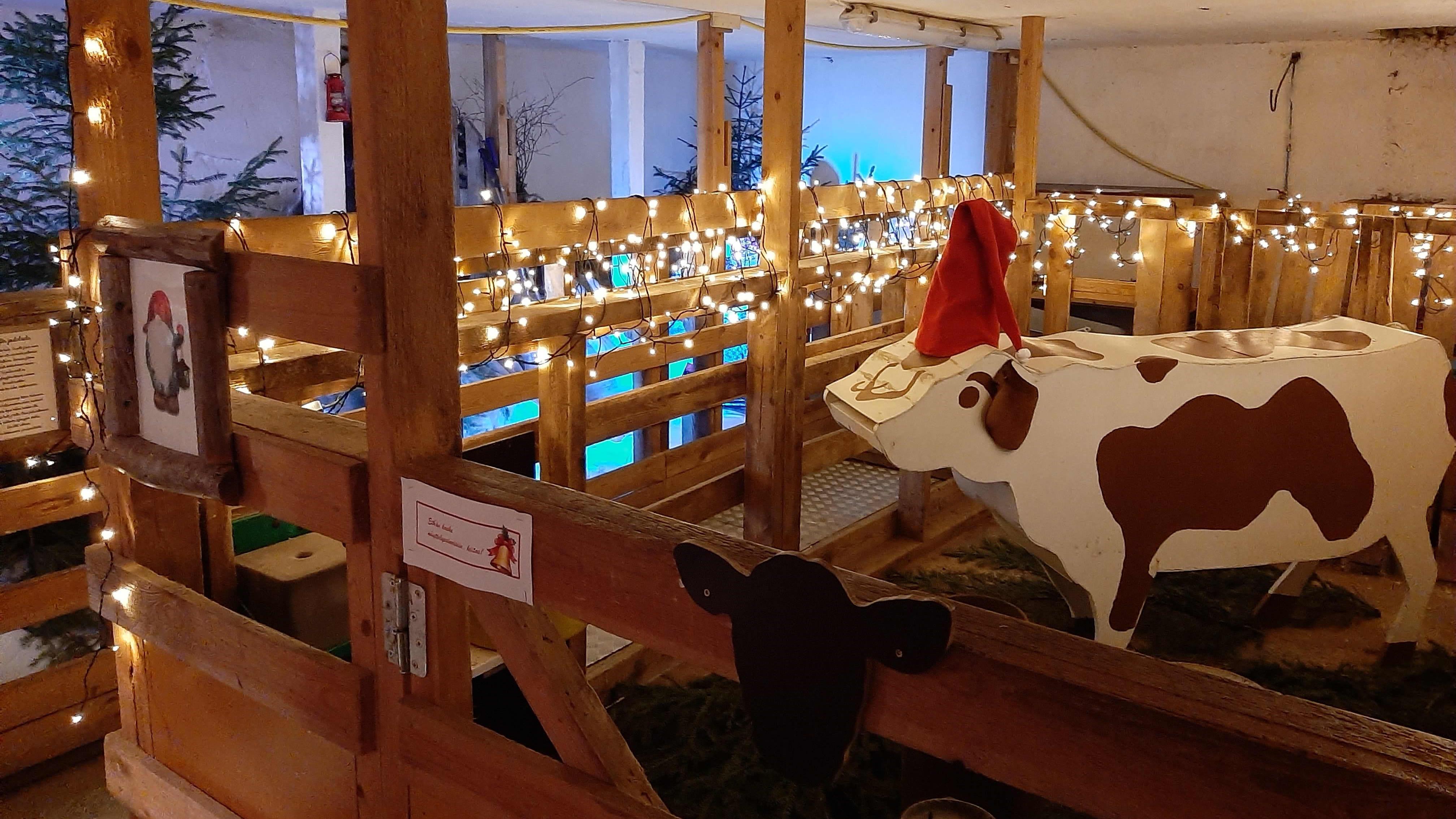 Navetta, jossa jouluvaloja ja vanerista tehty kyyttö