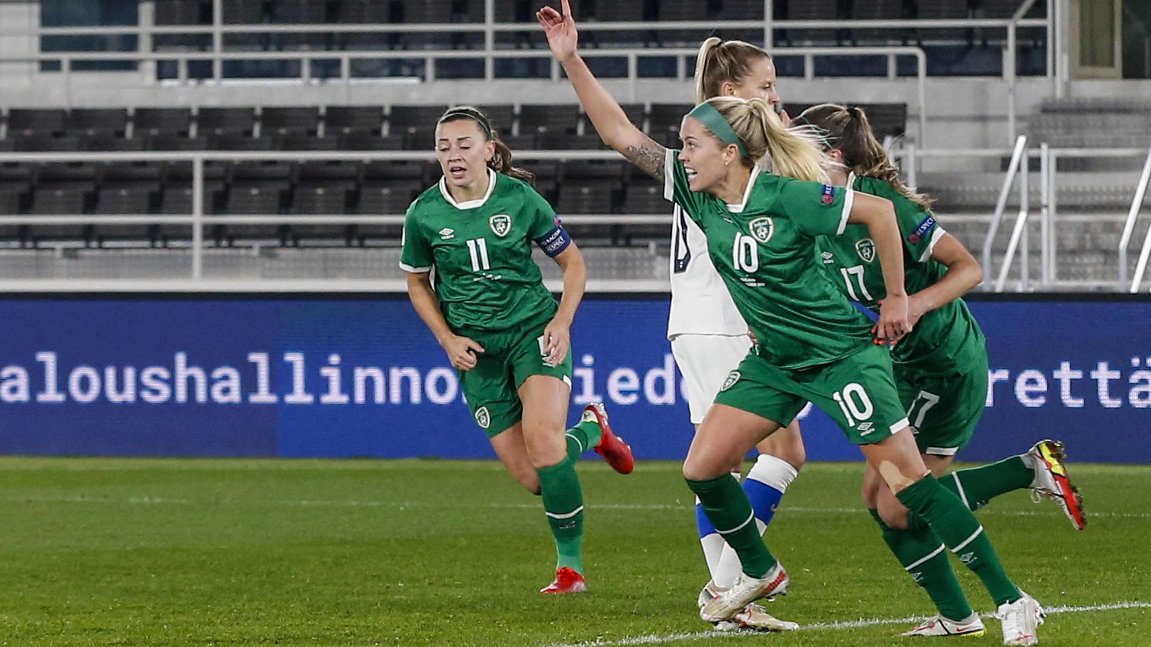 Irlannin numero 10 Denise O'Sullivan iski Irlannin 2–1-johtoon Olympiastadionilla MM-karsintaottelussa Suomea vastaan.