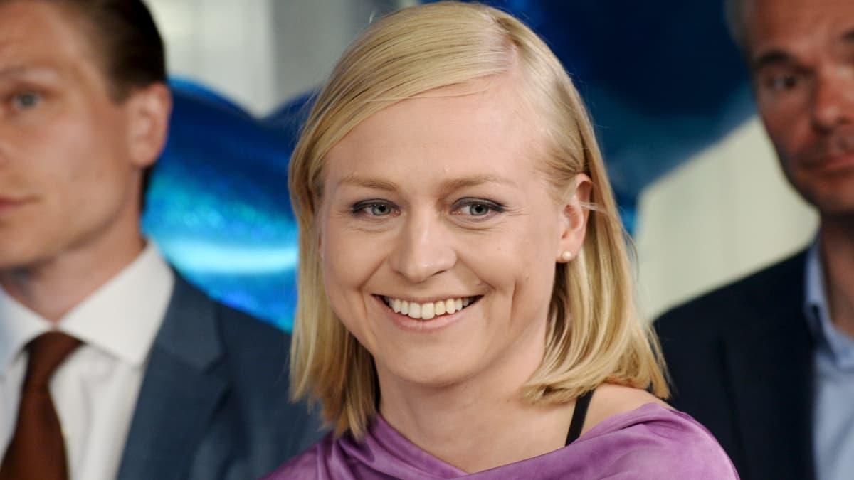 Elina Valtonen, en kvinna med axellångt hår tittar in i kameran.