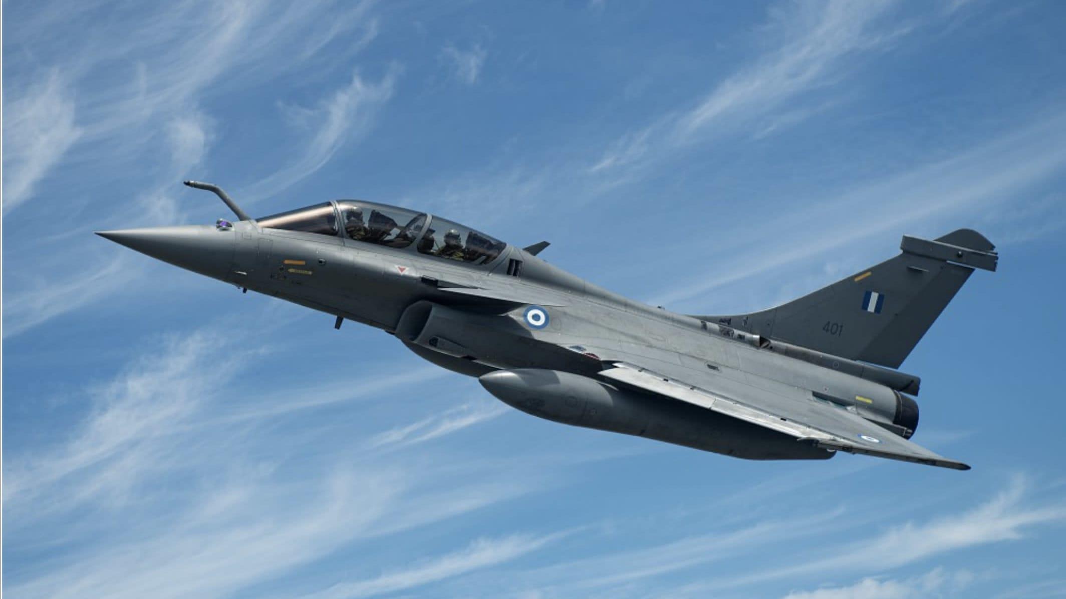 Kaksipaikkainen, Kreikan ilmavoimille toimitusta odottava kone koelennollaan.