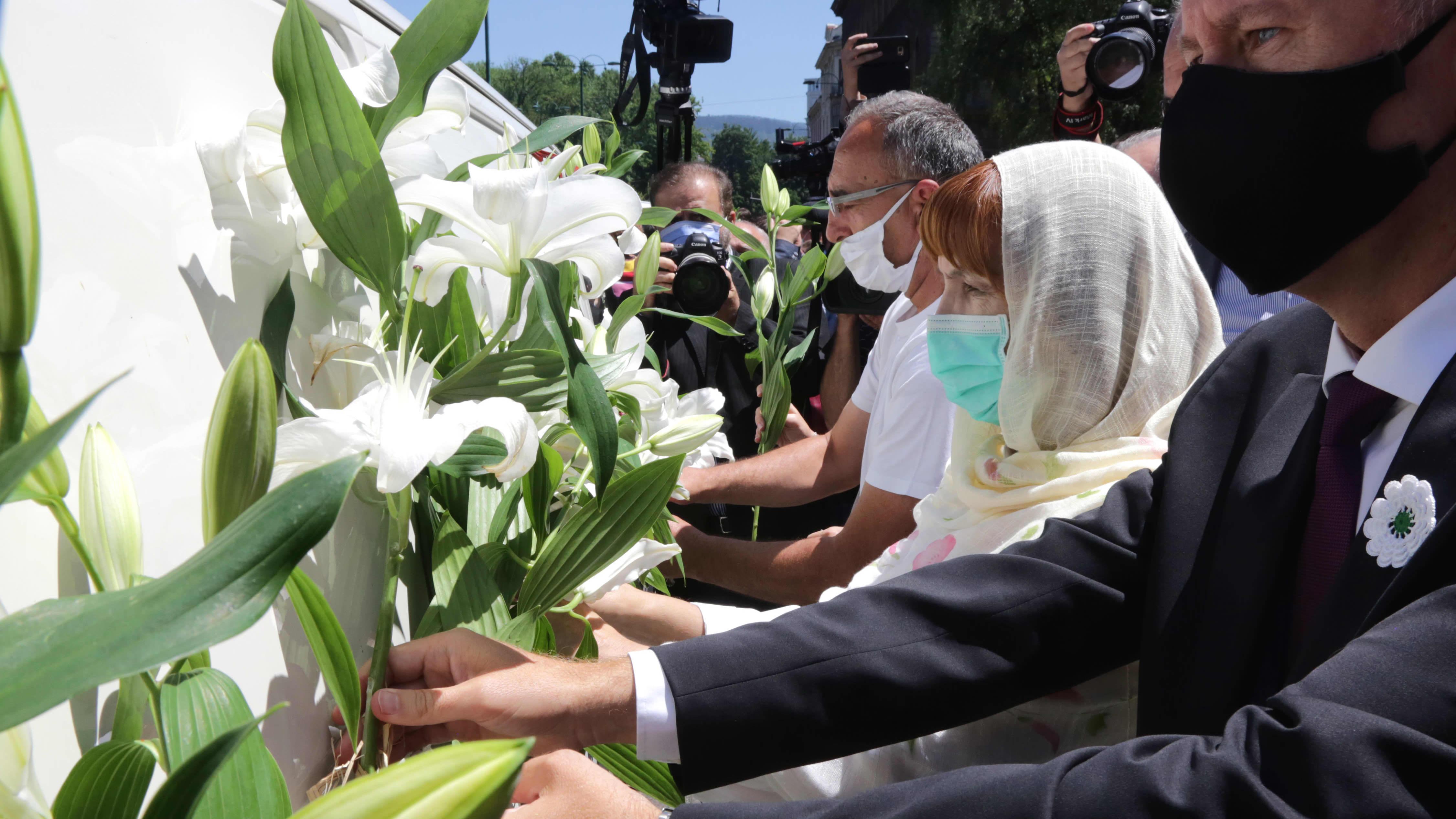 Ihmiset muistivat Srebrenican verilöylyssä kuolleita Bosnia ja Hertsegovinan pääkaupungissa Sarajevossa 9. heinäkuuta 2020. Yhdeksän uutta uhria on tunnistettu ja heidät haudataan Potacarin muistohautausmaalle.