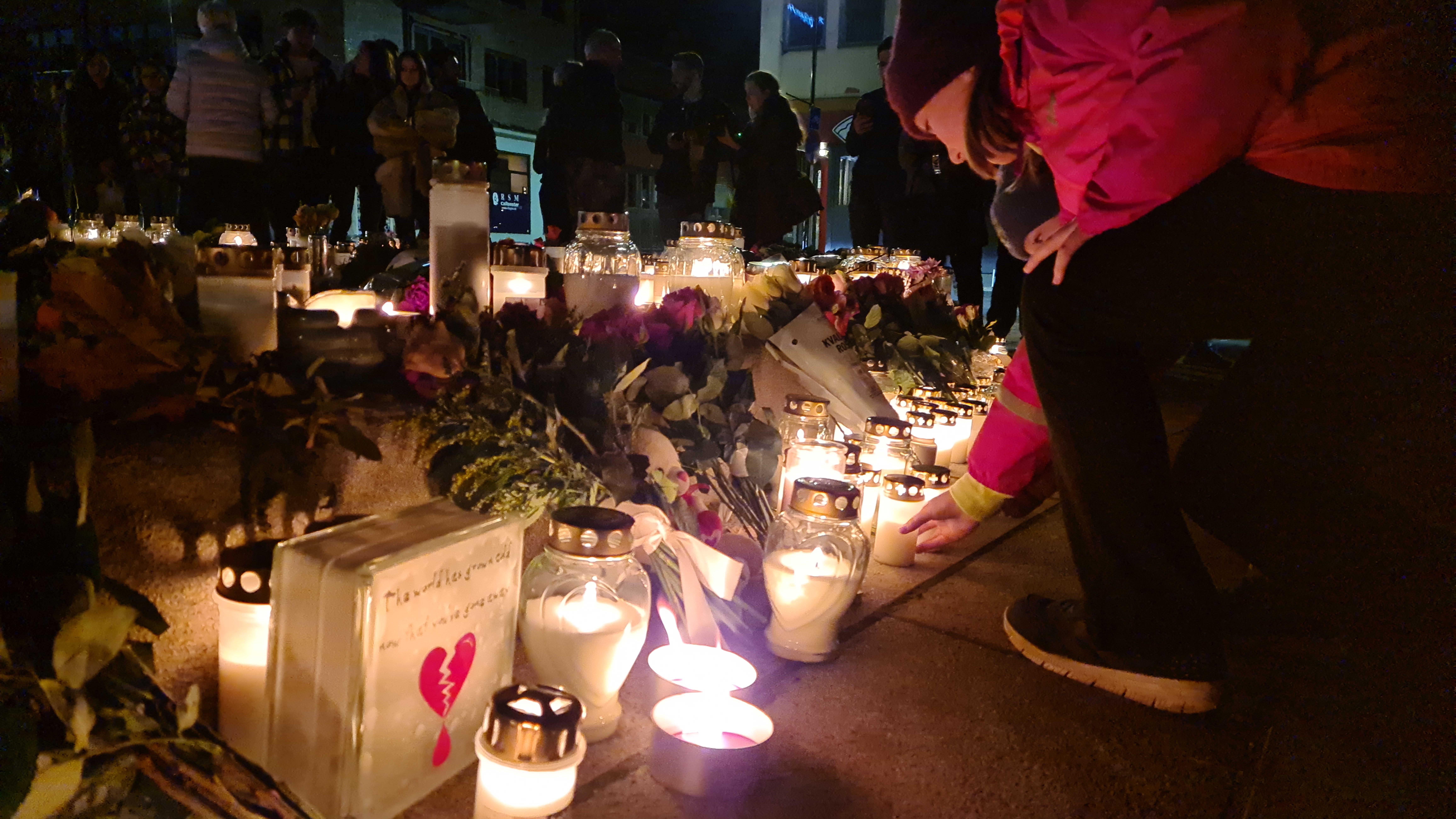 Konsbergin asukkaat toivat kukkia ja kynttilöitä keskiviikkoillan iskussa kuolleiden muistoksi.