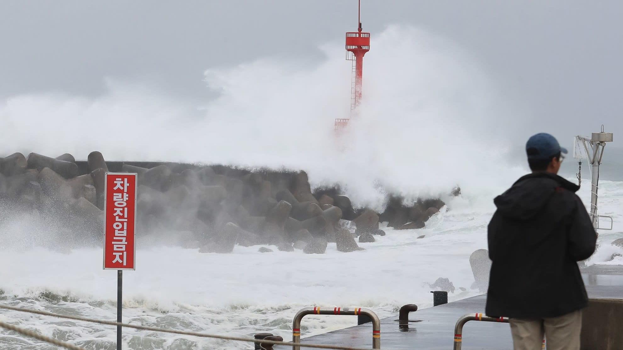 Maysak-taifuuni nostatti myrskyaaltoja keskiviikkona Jejun saarella Etelä-Koreassa.