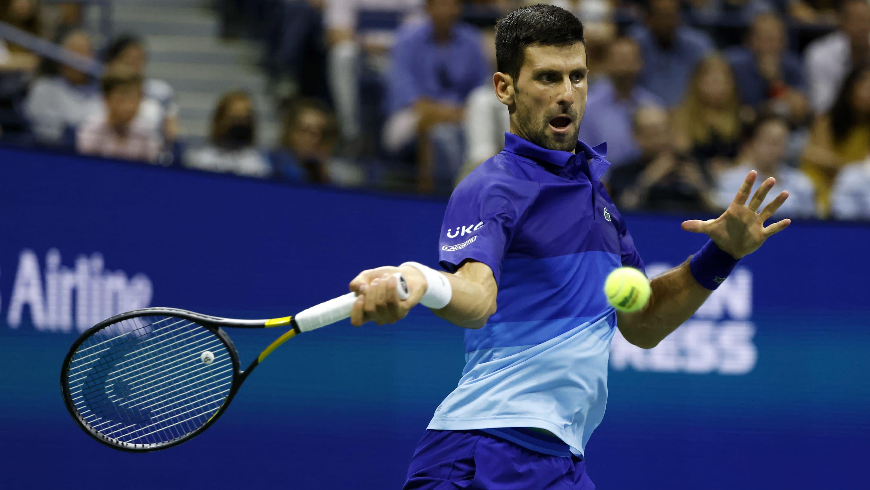 Novak Djokovic lyö palloa.