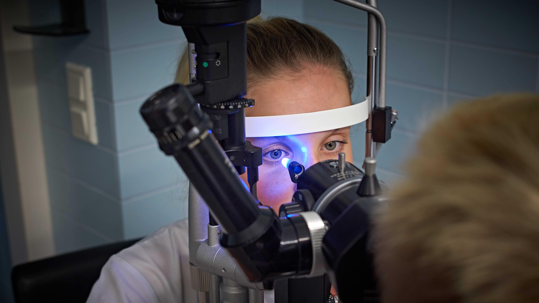 Näöntarkastus silmälääkärin vastaanotolla.