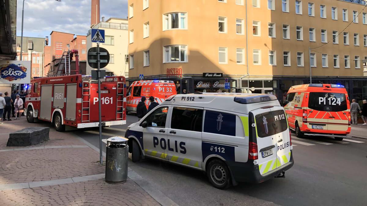 Ambulansseja, poliisi ja pelaslaitoksen autoja kadulla palopaikalla.