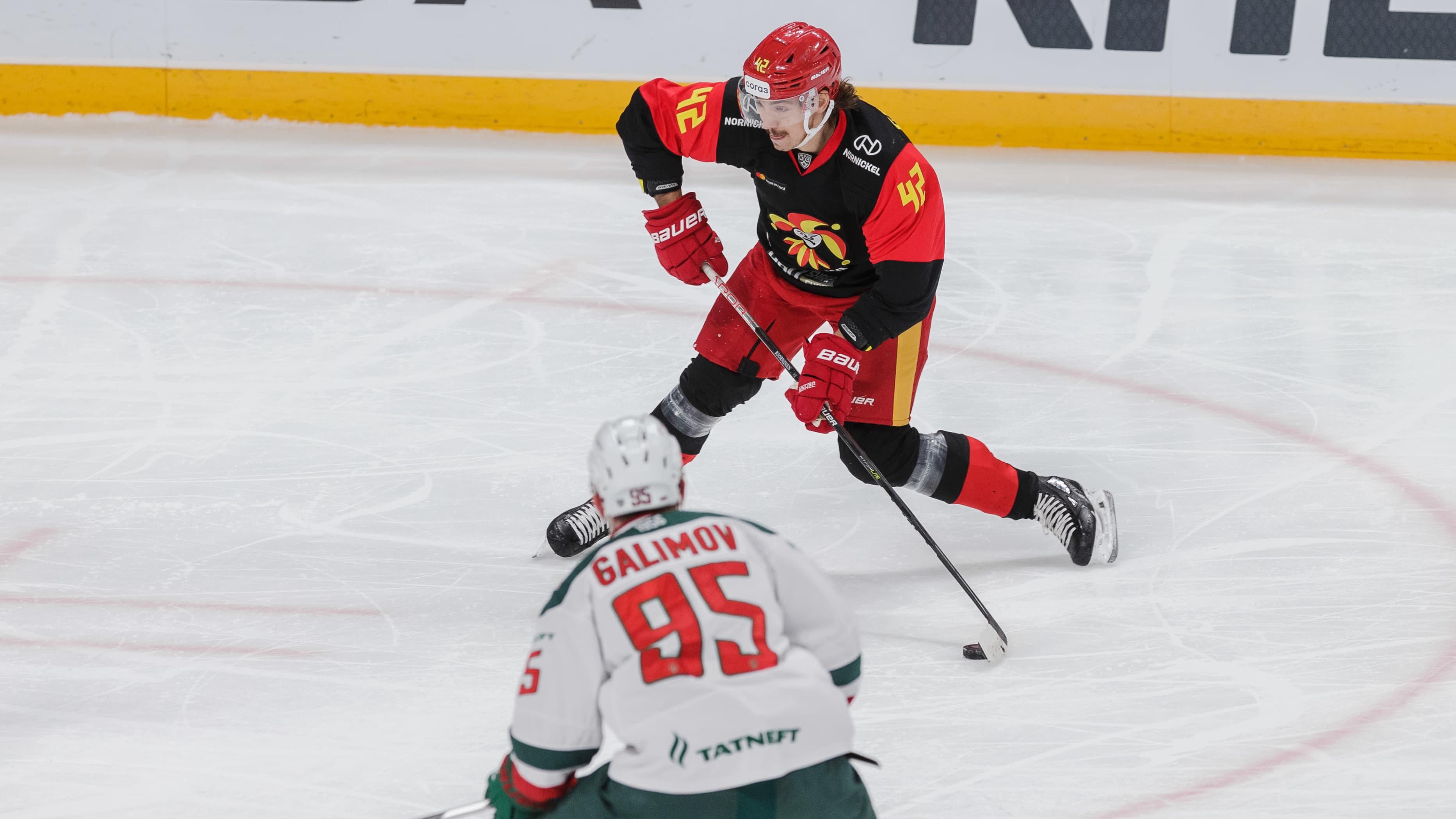 Jokerit vastaan AK Bars Kazan. Kuvassa:laukoo Hannes Björninen.
