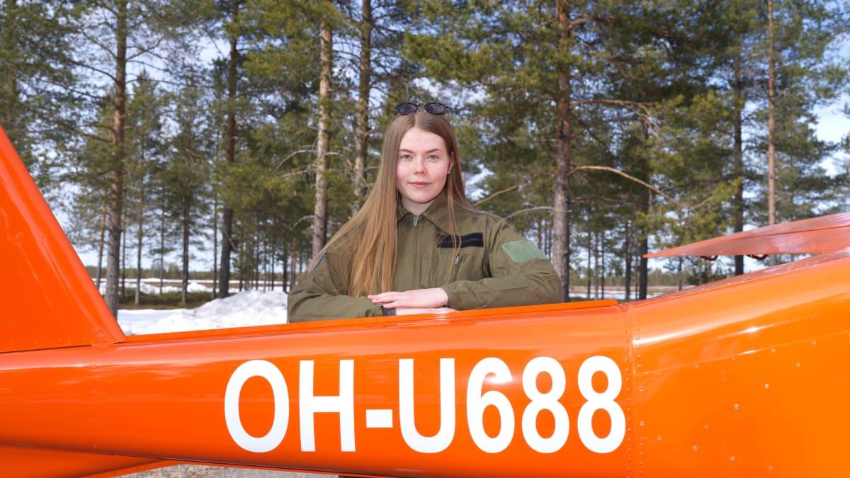 """Vilma Hyvärinen, 18, aikoo lentäjäksi – ei pelkää, vaikka koneet eivät nyt lennä eivätkä yhtiöt palkkaa uusia: """"Olen halunnut tätä pienestä pitäen"""""""