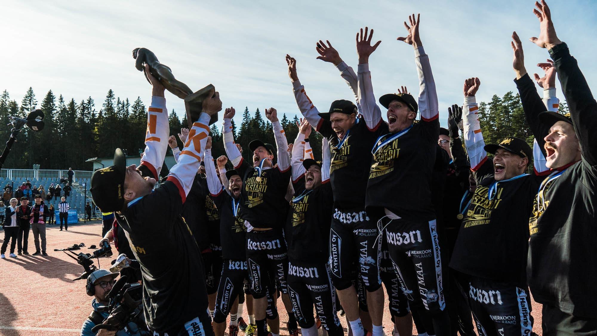 Manse PP:n mestaruusjuhlat alkoivat Kaupin pesäpallostadionin kentällä voittoisan viidennen finaalin jälkeen. Vastassa oli Kouvolan pallonlyöjät.