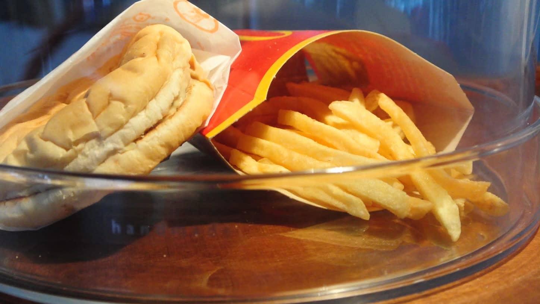 McDonald'sin hampurilainen ja ranskalaiset.