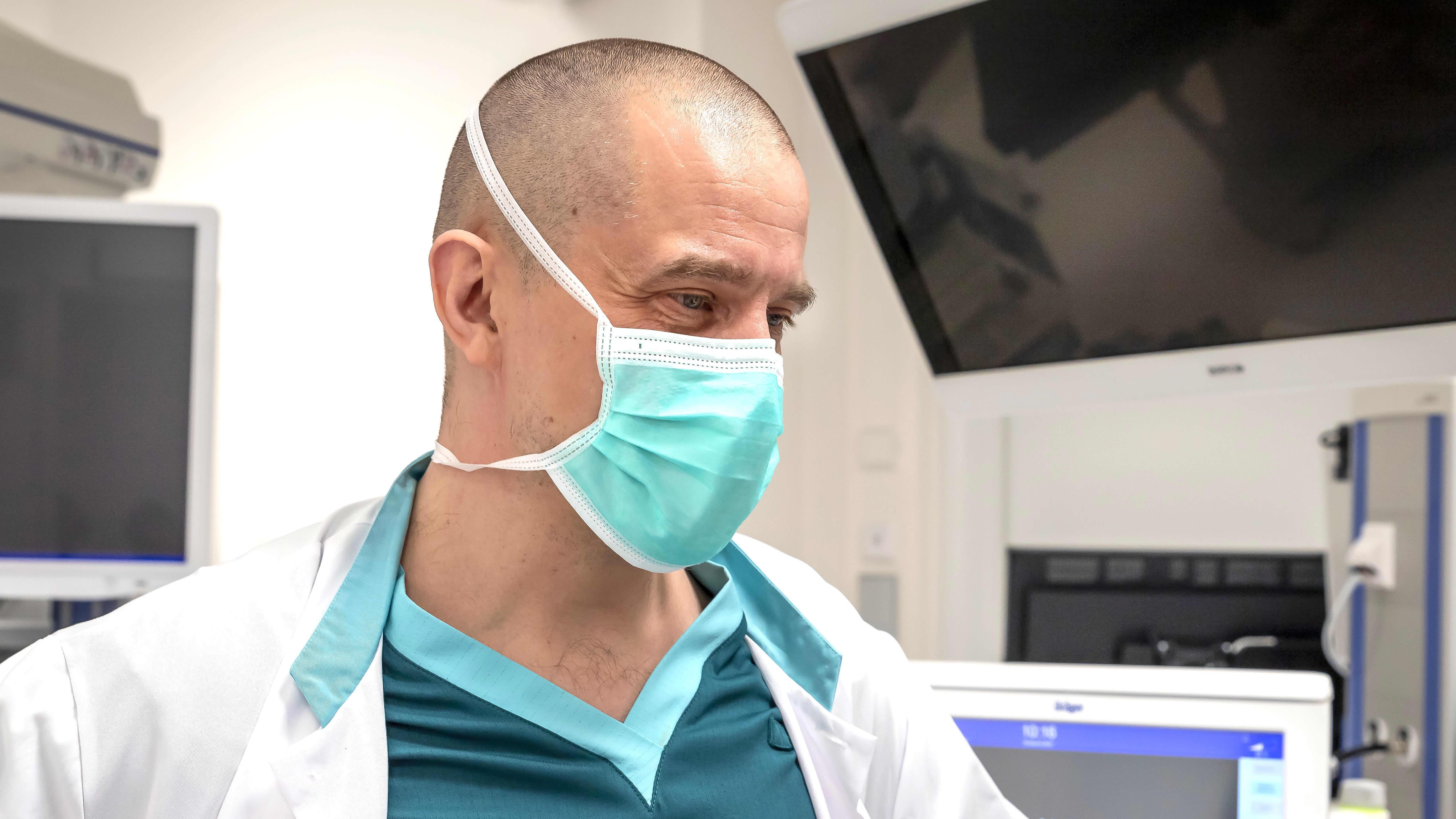 Gastrokirurgi Ville Väyrynen endoskopiayksikössä.