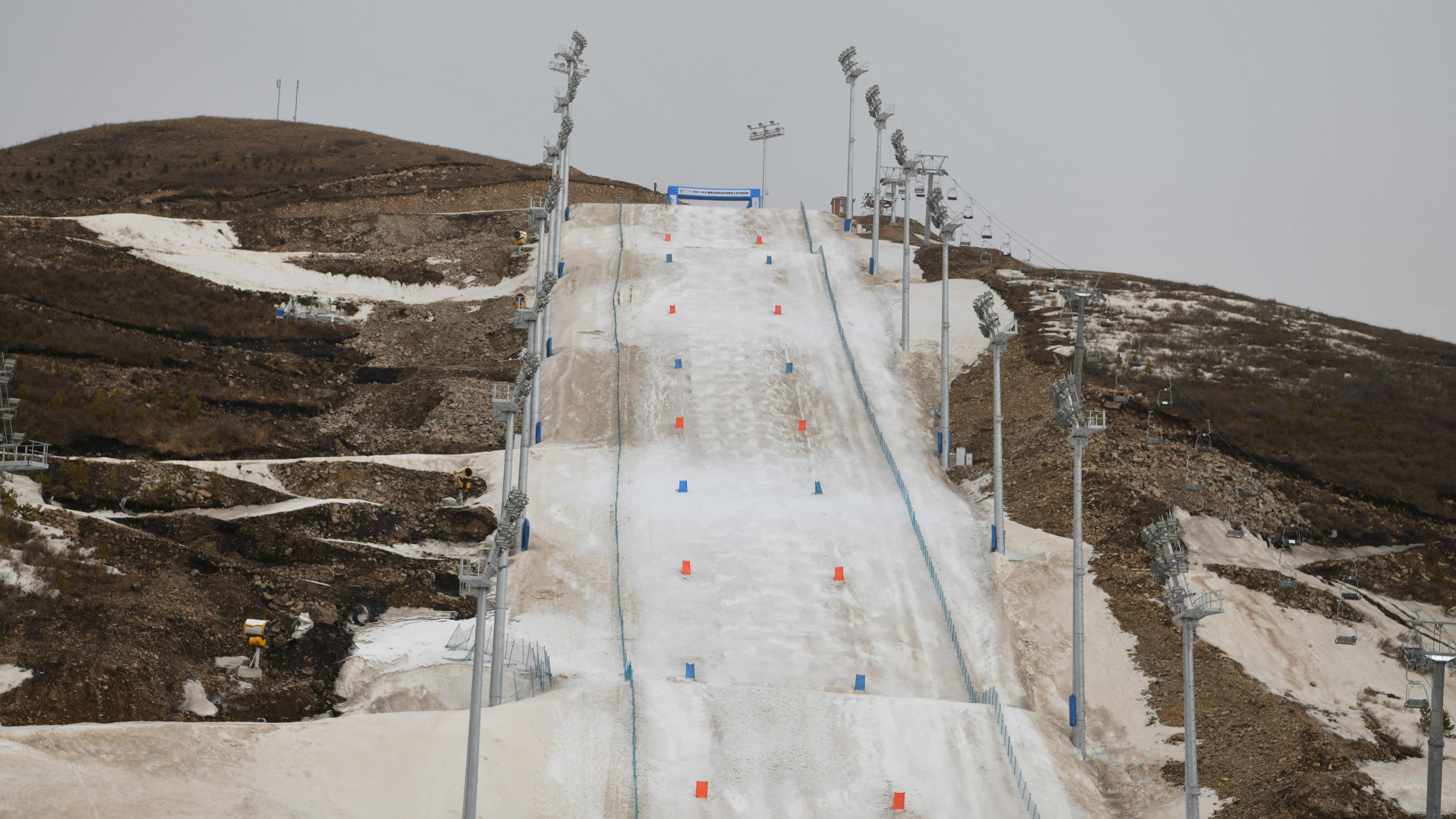 Vaivoin lumen peittämä freestylerinne Zhangjiakoussa.