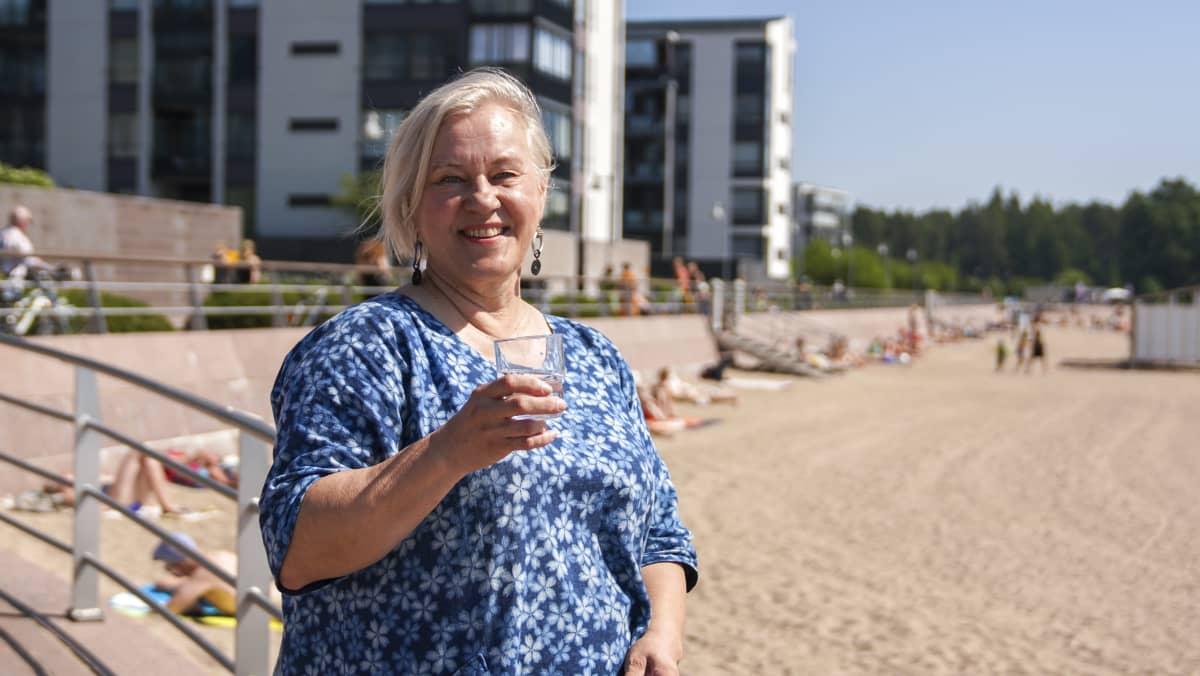 THL:n ravitsemuksen erikoistutkija Heli Kuusipalo nauttii helteellä kuplivasta kivennäisvedestä.