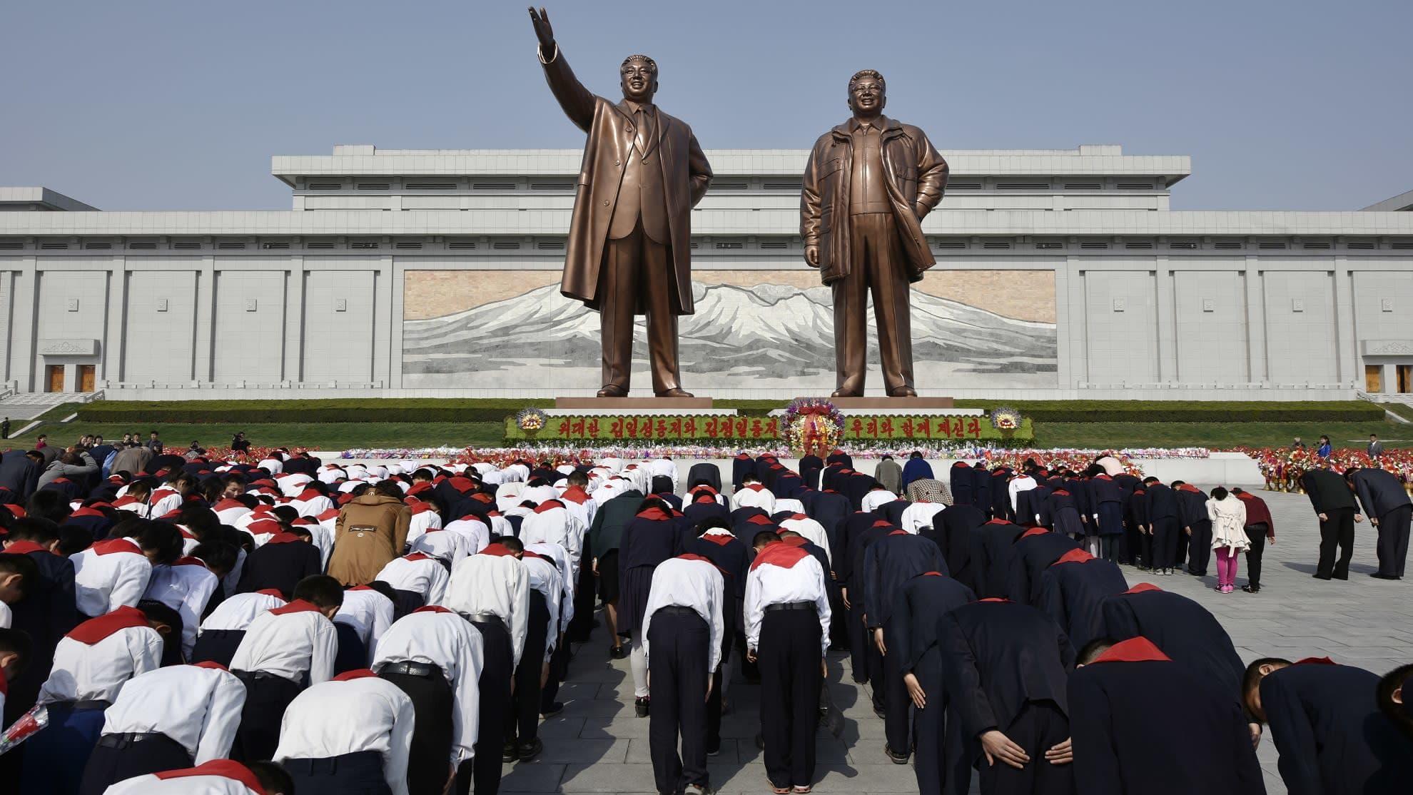 Vuonna 2016 julkaistussa kuvassa koululapset osoittavat kunnioitusta maan aikaisempien johtajiien kunniaksi pystytetyille näköispatsaille  Pjongjangissa.