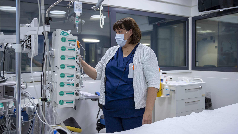 Anne Tekoniemi valmistelee tehohoitohuoneen laitteistoja