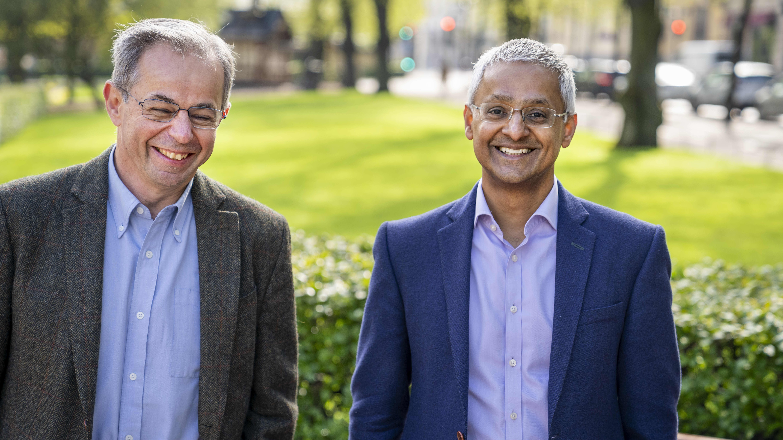 David Klenerman ja Shankar Balasubramanian Esplanadin puistossa.